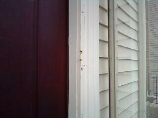 This is how superficial the door was installed.